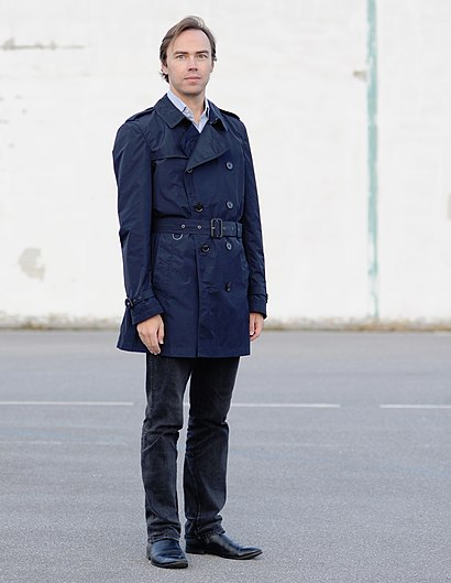 Man wearing trenchcoat (cropped).jpg