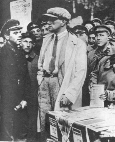 В. Маяковский занимается агитацией народа.