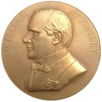 チーフ・イングヴェーバー・バーバーのこのマッキンリーメダルは、ルイジアナ購入エクスポジション・ドルのマッキンレーの多様性の基礎として使われました。