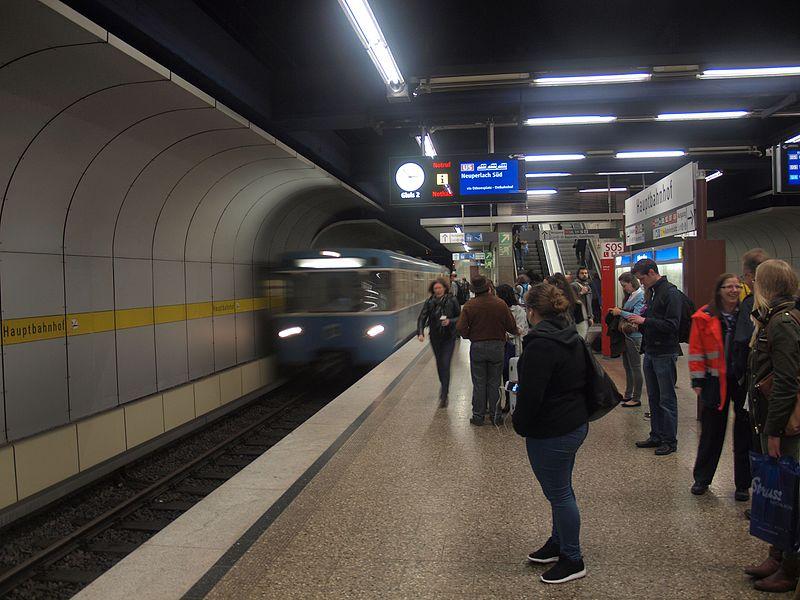File:Metro train arriving at München Hauptbahnhof U-Bahn station.jpg