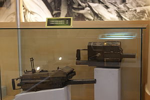 Mk 18 Mod 0 grenade launcher - A Mk 18 grenade launcher (upper) displayed at Hanoi Weaponry Museum