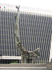 Monumento a la raza de Rodrigo Arenas Betancur, frente al edificio de la Gobernación de Antioquia, Medellín