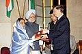 Mr. Bill Gates receiving the Indira Gandhi Prize for Peace, Disarmament and Development on behalf of the Bill and Melinda Gates Foundation from the President, Smt. Pratibha Devisingh Patil, at Rashtrapati Bhavan.jpg
