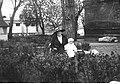 Narcyz Witczak-Witaczyński - Kobiety z dzieckiem na terenie koszar Szwadronu Przybocznego Prezydenta Rzeczypospolitej przy ulicy 29 Listopada (107-1039-1).jpg