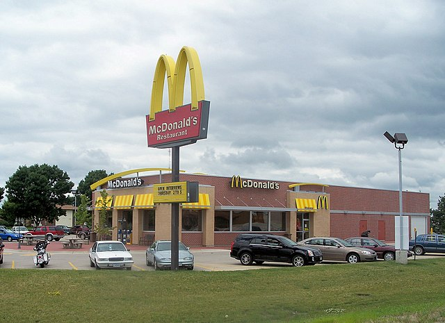 McDonald's in Iowa By https://www.flickr.com/photos/nnecapa/ (https://www.flickr.com/photos/nnecapa/2865338278/) [CC-BY-2.0 (https://creativecommons.org/licenses/by/2.0)], via Wikimedia Commons