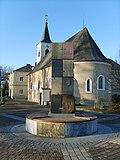 Oberwaltersdorf_Kirche,_Europabrunnen.jpg