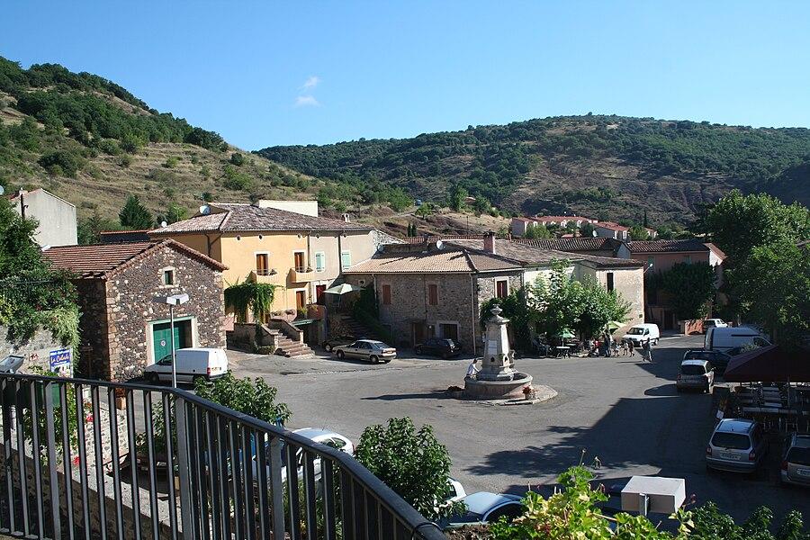 Octon (Hérault) - la place avec sa fontaine au milieu.