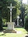 Origny-Sainte-Benoite (Aisne) croix de chemin et stautue square Ste Benoite.JPG