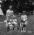 Otroci in gospodinja, pri Arkman?, Skomarje 1963.jpg