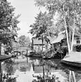 Overzicht gracht met bruggetjes en boerderijen - Giethoorn - 20350538 - RCE.jpg