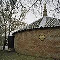 Overzicht van de borg met de ingang en een wapensteen - Middelstum - 20387415 - RCE.jpg