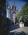 Overzicht westgevel van voormalige kerk met bronzen ruiterstandbeeld van Sint Martinus, thans appartementencomplex - Utrecht - 20358330 - RCE.jpg