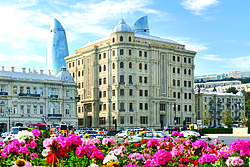 Panoramic view of Baku from AzNeft square.jpg