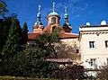 Petřín, kostel svatého Vavřince a dům č. p. 204, z Růžového sadu.jpg