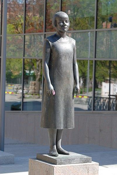 Peter Linde - Karin Boye-statyn i Göteborg 02.JPG