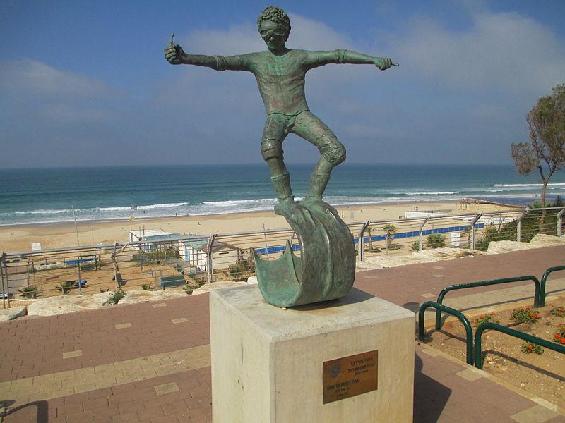 פסל עליה לפסגת הגל בחוף ראשון לציון