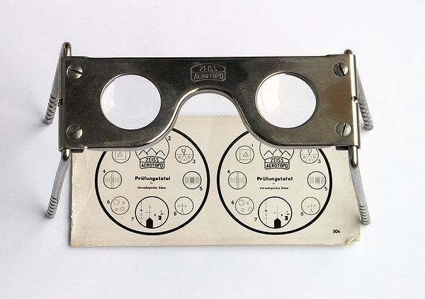 Old Zeiss pocket stereoscope with original test image Pocket stereoscope.jpg