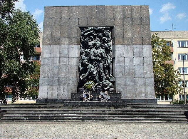> Monument à la mémoire des héros de ghetto à deux pas du musée des Juifs de Pologne. Ici Willy Brandt, président de la RFA s'agenouilla en 1970.