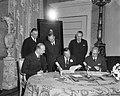 Prins Bernhard (midden) tijdens de ondertekening van de overeeenkomst, Bestanddeelnr 918-4351.jpg