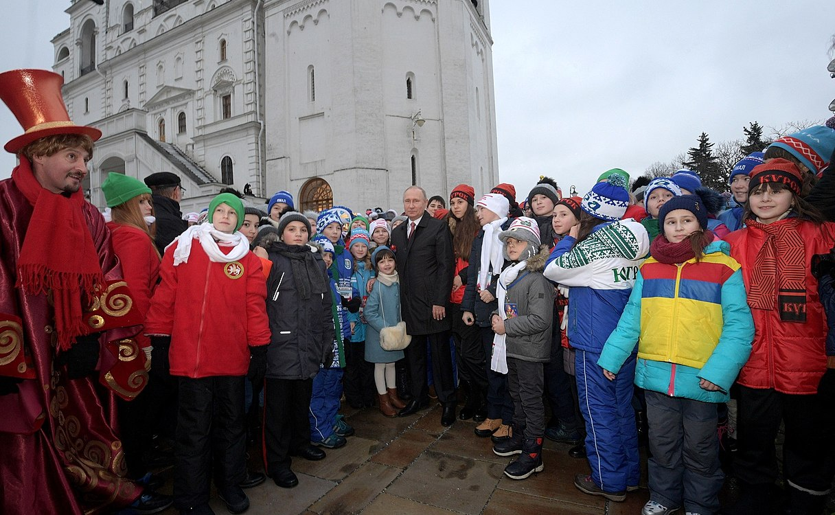 Putin with children 2017-12-26 05.jpg