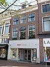 foto van Pand met twee verdiepingen en eenvoudige rechte kroonlijst onder zadeldak met voorschild