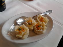 Un piatto di ravioli ai gamberi.