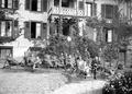Rekonvaleszente Soldaten erholen sich auf Liegestühlen im Garten - CH-BAR - 3241439.tif