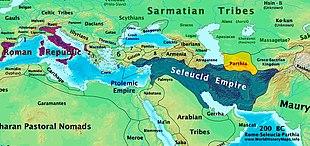 Um mapa centrado no Mediterrâneo e no Oriente Médio, mostrando a extensão da República Romana (Roxo), do Império Selúcida (Azul) e da Pártia (Amarelo) por volta de 200 AC.