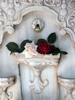 Roses on Fountain in Bakhchisaray.jpg