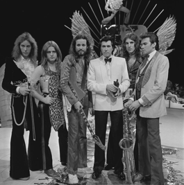 Roxy Music on TopPop in 1973. Left to right: Eddie Jobson, Paul Thompson, Phil Manzanera, Bryan Ferry, Sal Maida, Andy Mackay