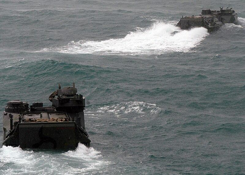 Armée Thailandaise/Royal Thai Armed Forces 800px-Royal_Thai_Navy_AAV-7A1_AAVs_disembark_080615-N-5831F-190
