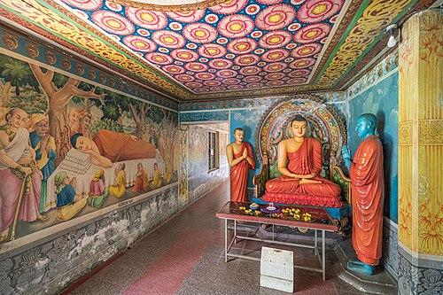 Интерьер скального храма Дова около города Элла в Шри-Ланке