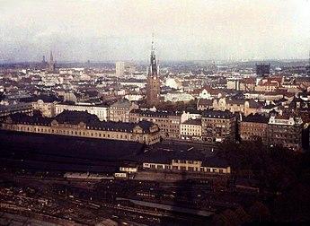 I Klarakvarteren skedde en omfattande förändring av stadslandskapet i samband med Norrmalmsregleringen på 1950-, 1960- och 1970-talen, som vyn från Stadshustornet mot nordost illustrerar. Det blekta och något skadade färgfotografiet till vänster togs 1924 av Gustaf W. Cronquist på autochromplåt. Bilden till höger visar bebyggelsen i Klara i maj 2009. Orienteringspunkter är Klara kyrka och Stockholms centralstation nere till vänster.