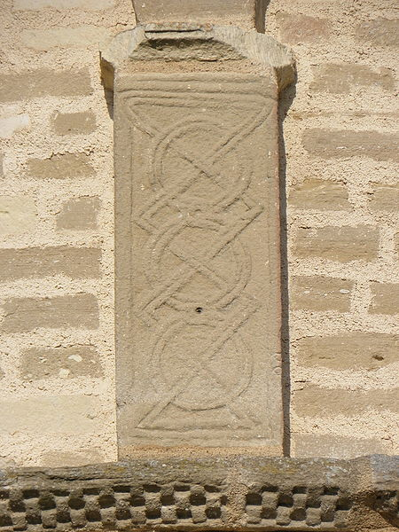 Pilastre du chevet de la collégiale Saint-Austrégésile de Saint-Outrille (18).