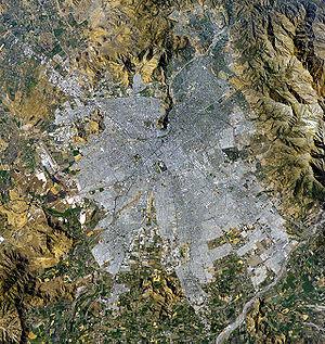 Vista satelital de Santiago de Chile. El norte se encuentra hacia la esquina superior izquierda.