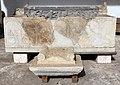 Sarcofago frammentario romano con artigiani al lavoro 01.jpg