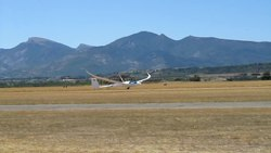 Ficheiro:Schempp-Hirth Quintus M taking off at Sisteron.ogv