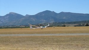 File:Schempp-Hirth Quintus M taking off at Sisteron.ogv