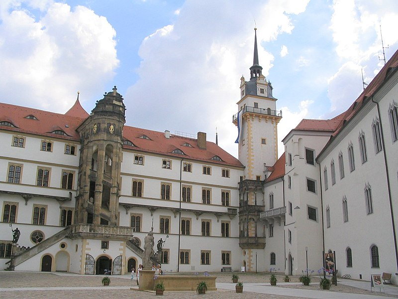 File:Schloss Hartenfels Torgau Innenhof.jpg