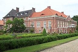 Ansicht von Schloss Kalbeck mit einem Teil der Gartenanlage