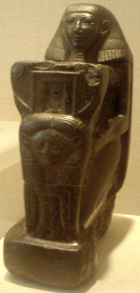 Archivo:Senenmut-KneelingStatue MetropolitanMuseum.png