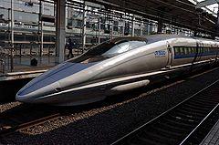 http://upload.wikimedia.org/wikipedia/commons/thumb/3/31/Shinkansen_500_Kyoto_2005-03-19.jpg/240px-Shinkansen_500_Kyoto_2005-03-19.jpg