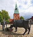 Skulptur Bauer Kuh und Pferd vor einer Tränke mit Pumpe (1995 von Georg Arfmann) in Wittingen IMG 9235.jpg