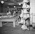 Slagers aan het werk in het deel van de vleeshallen waar varkens verwerkt worden, Bestanddeelnr 252-9065.jpg