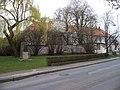 Slivenec, K Lochkovu, Husův pomník a křižovnický dvůr.jpg
