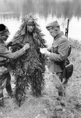 Soviet prisoners of war in Finland - Major Martti Aho interrogates a camouflaged Soviet prisoner of war in the Pryazhinsky District.