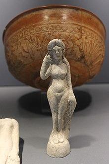 Statuette de terre cuite de Vénus et sigillée - musée de Jublains 2016.jpg