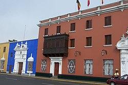 Vista de uno de los lados de la plaza de Armas de Trujillo