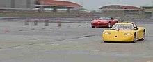 Un vecchio modello di Tzero in una drag race (gara di accelerazione tra due soli veicoli). Un veicolo elettrico in gara con un veicolo tradizionale: la Dodge Viper (dietro a sinistra).
