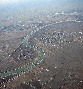 Letecký pohľad na rieku pri mestách oral a atyrau